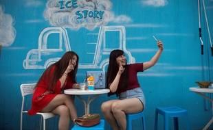 Deux femmes sur la terrasse d'un restaurant à Pékin.