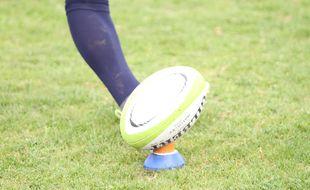 Illustration d'un ballon de rugby tapé par un joueur lors d'une tentative de transformation ou de pénalité.