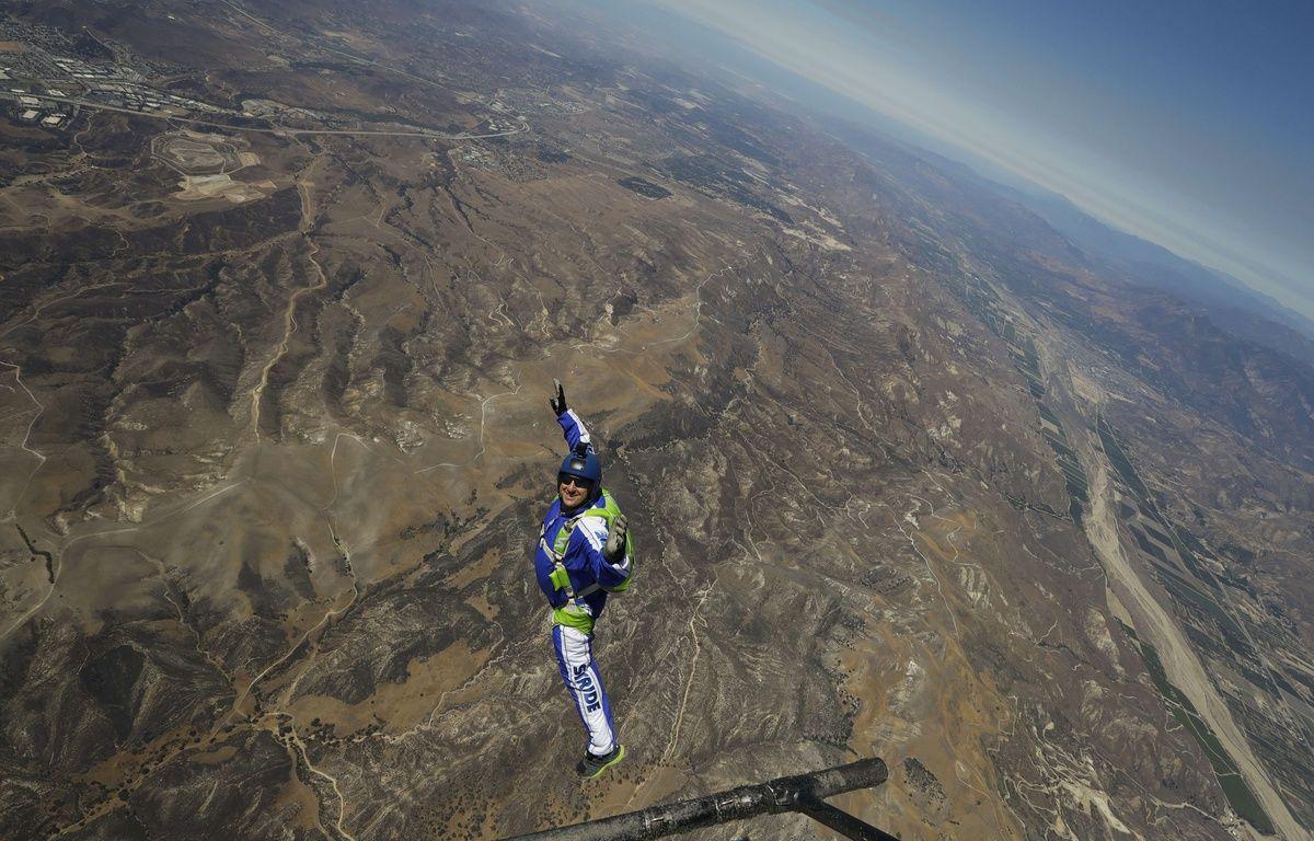 L'Américain Luke Aikins s'est jeté dans le vide au dessus de la Simi Valley (Californie) sans parachute, le 30 juillet 2016. – Jae C. Hong/AP/SIPA