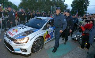 Des forces de l'ordre escortent Sébastien Ogier dans Strasbourg lors du Rallye de France 2014.