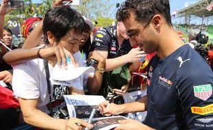 Daniel Ricciardo signe des autographes lors du GP de Sepang, en Malaisie, le 2 octobre 2016.