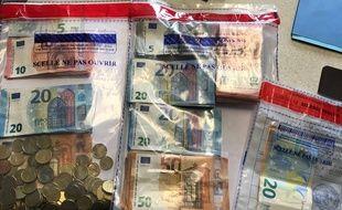 Les gendarmes ont saisi 4.700 euros au domicile des trafiquants présumés.