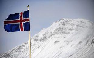 Le drapeau islandais, près du glacier de Myrdalsjokull.