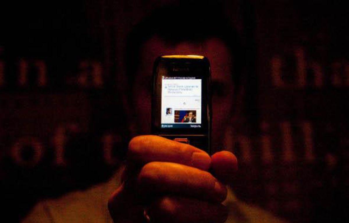 Le blogueur Géorgien Cyxymu, à Tbilissi, le 10 août 2009. Sur son téléphone, le blog qui lui a valu de subir une attaque de déni de service. – Guillaume Belvèze