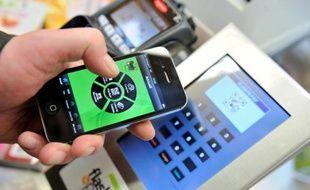 Pour s'imposer dans le paiement sur mobile, les banques multiplient les offres sur ce marché encore émergent mais stratégique, où géants du web, distributeurs et plateformes spécialisées se livrent une concurrence féroce.
