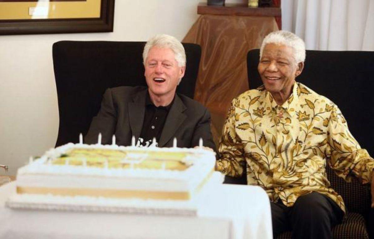 L'ancien président américain Bill Clinton s'est rendu chez Nelson Mandela mardi dans le village de Qunu, dans le sud-est de l'Afrique du Sud, où le héros de la lutte anti-apartheid a passé une partie de son enfance et où il doit fêter mercredi son 94e anniversaire. – Ralph Alswang afp.com