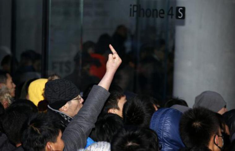 Une foule s'énerve devant le magasin Apple de Sanlitun à Pékin le 13 janvier 2012, lorsque la vente du smartphone a été suspendue par la firme à la pomme en raisons de débordements pendant des heures.