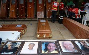 Les portraits et cercueils des victimes de l'Université de Garissa, sont disposés devant la morgue de Chiromo à Nairobi, le 9 avril 2015