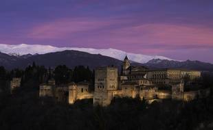 Les sommets enneigés de la Sierra Nevada dominent l'Alhambra (Grenade).