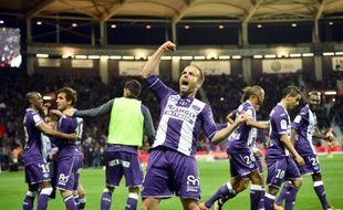Le milieu de terrain du TFC Etienne Didot explose de joie après le but d'Oscar Trejo contre Troyes en Ligue 1, le 7 mai 2016 au Stadium de Toulouse.