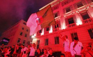 Des supporters algériens fêtent la victoire de leur équipe en Coupe du Monde, à Marseille le 26 juin 2014.