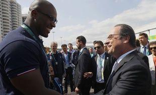 François Hollande et Teddy Riner lors de la venue du chef de l'Etat juste avant le début des JO de Rio, le 4 août 2016.