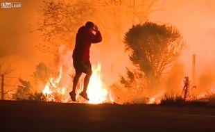 Cet homme a fait preuve de courage pour sauver un lapin des flammes en Californie.