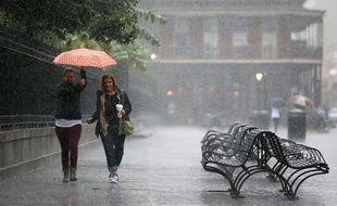 Les touristes courent se mettre à l'abri des fortes pluies provoquées par l'ouragan Nate le 7 octobre 2017. Mais l'ouragan, moins puissant que prévu, à épargné la ville.