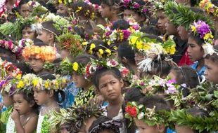 Des élèves de Moerai (Polynésie française) rassemblés pour la visite de la ministre des Outre-mer Georges Pau-Langevin le 10 mars 2015
