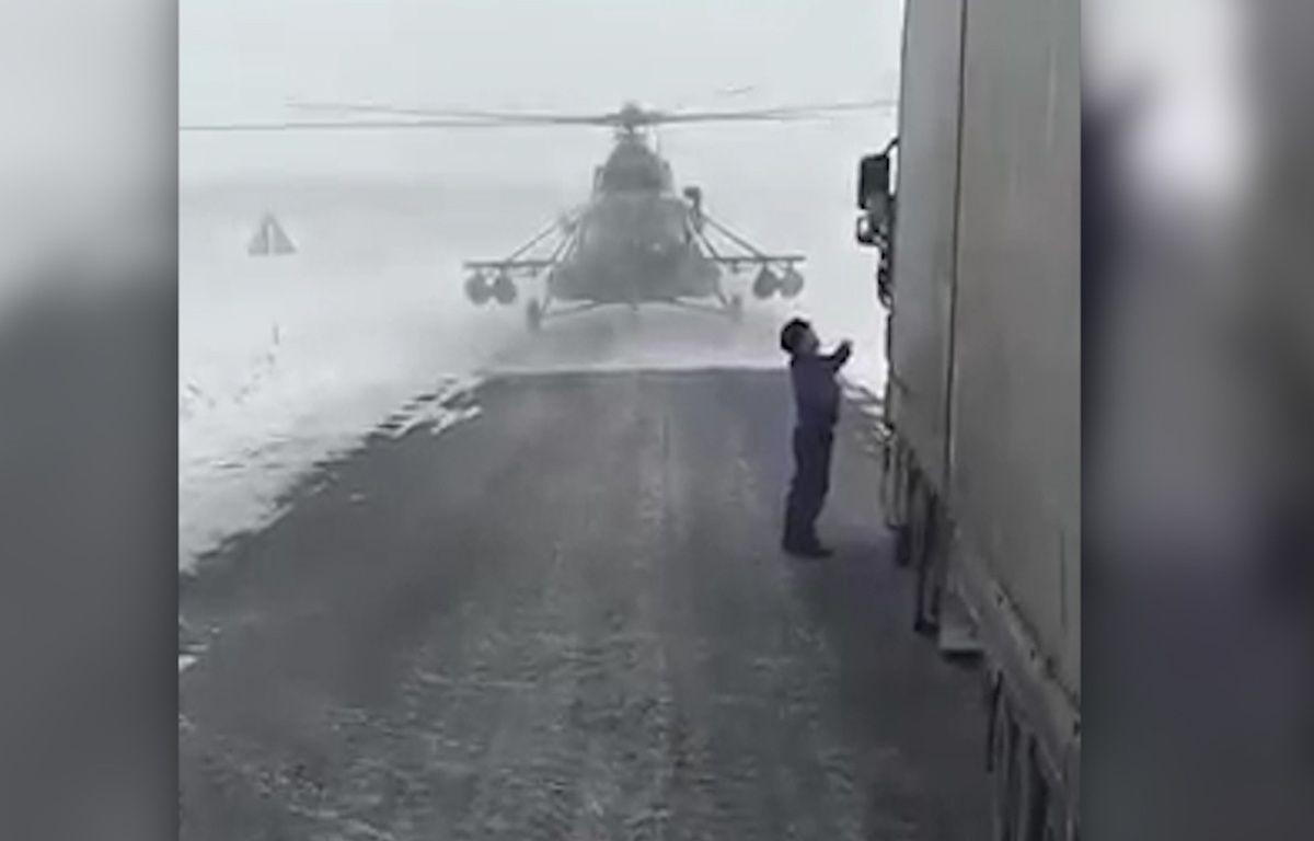 Un hélicoptère s'est posé sur une route pour demander son chemin – Screenshot Youtube.com