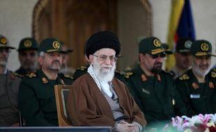 Photo officielle de l'ayatollah Ali Khamenei lors d'une visiste d'un collège militaire à Téhéran, le 20 mai 2015