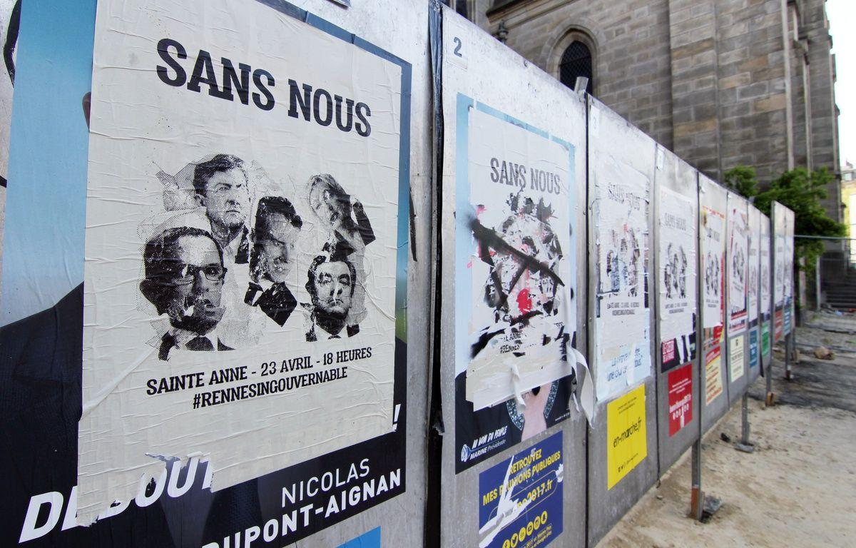 Place Sainte-Anne à Rennes, les affiches officielles des candidats à l'élection présidentielle ont été recouvertes par des appels à manifester. – C. Allain / APEI / 20 Minutes