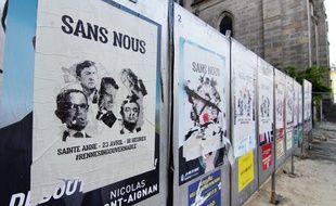 Place Sainte-Anne à Rennes, les affiches officielles des candidats à l'élection présidentielle ont été recouvertes par des appels à manifester.