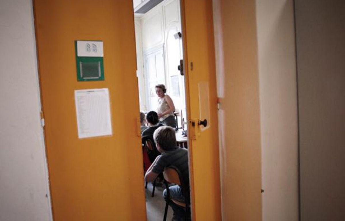 Des élèves écoutent leur nouveau professeur, le 4 septembre 2007 dans un collège de Lyon, jour de la rentrée scolaire. – AFP PHOTO JEFF PACHOUD