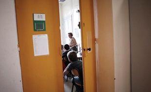 Des élèves écoutent leur nouveau professeur, le 4 septembre 2007 dans un collège de Lyon, jour de la rentrée scolaire.