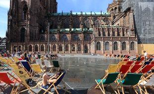 Strasbourg le 27 aout 2015. Illustration tourisme et activités dans la ville. Les transats place du chateau.