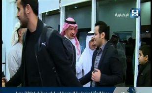 Image extraite de la télévision officielle saoudienne montrant des personnes présentées comme des personnels de l'ambassade d'Arabie saoudite à Téhéran de retour dans leur pays, le 4 janvier 2016