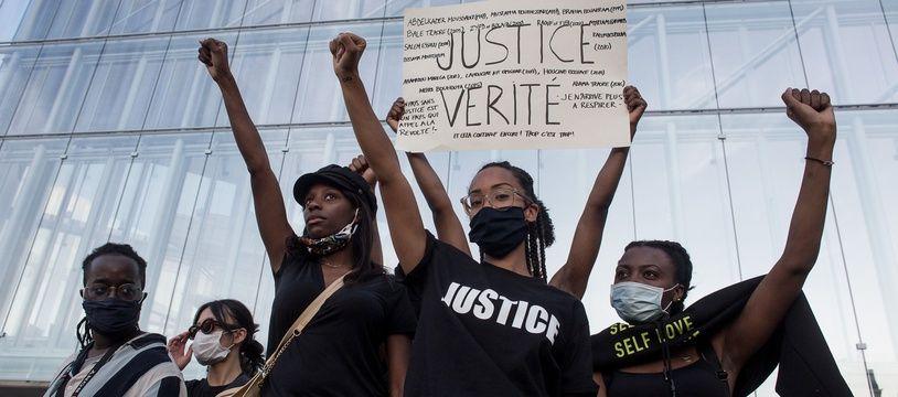 Des manifestants devant le Tribunal de Paris, lors du rassemblement en mémoire d'Adama Traoré et George Floyd ce mardi 2 juin