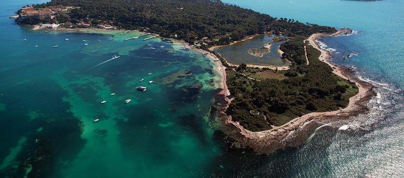 L'île Sainte-Marguerite, au premier plan, fait partie de l'archipel de Lérins, au large de Cannes