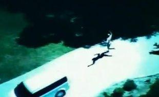 Capture d'écran de la vidéo d'une course poursuite entre le police d'Irvine, Californie, et un voleur de voiture nu.