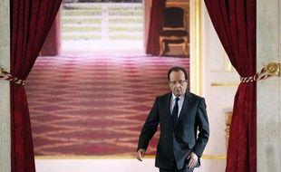 François Hollande arrive dans la salle de réception de l'Elysée pour sa conférence de presse semestrielle le 16 mai 2013.
