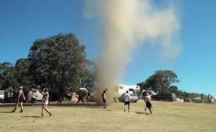 En plein festival musical, des festivaliers se jettent dans une tornade, près de Melbourne en Australie, le 26 novembre 2015.