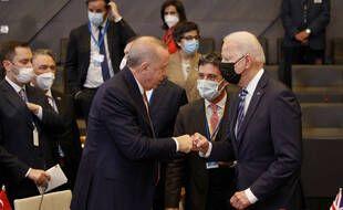 Le président turc Recep Tayyip Erdogan et son homologue américain Joe Biden en marge du sommet de l'Otan à Bruxelles, le14 juin 2021.