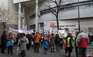 Paris, le 20 novembre 2014, parents et enseignants se sont mobilisés devant le rectorat pour que les 41 établissements parisiens ne sortent pas du Réseaux d'2ducation prioritaire.