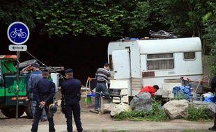 Un policier se tient près d'un camp de Roms à Hellemmes (Nord), le 3 août 2012.
