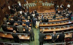 Les députés quittent le parlement du Kosovo à la fin d'une session, le 18 septembre 2014