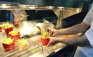 Des frites dans un restaurant McDonald's.