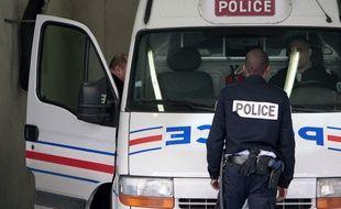 Les policiers ont été agressés par un homme qu'ils tentaient d'extraire de sa cellule de dégrisement pour le transférer à l'hôpital (illustration).