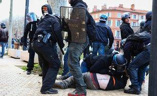 Une des interpellations de samedi devant le Palais de justice de Toulouse.