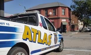 Une voiture de police stationnée sur Parliament Street, une rue de Port-Elizabeth, en Afrique du sud, le 3 juillet 2010.