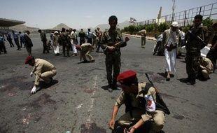 Près de 100 soldats ont été tués lundi dans un attentat suicide commis par Al-Qaïda à Sanaa, qui a raté de peu le ministre de la Défense et menacé de frapper à nouveau l'armée engagée dans une vaste offensive contre le réseau extrémiste dans le sud du Yémen.