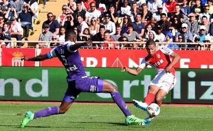 L'attaquant de l'ASM Kylian Mbappé frappe malgré le retour du défenseur du TFC Issa Diop lors d'un match de Ligue 1, le 29 avril 2017 à Monaco.