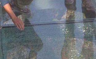 En Chine, un pont en verre suspendu à 180 du sol, craque sous le poids des passants en octobre 2015.