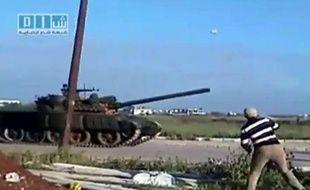 Capture d'une vidéo diffusée sur Youtube le 25 avril 2011 montrant un manifestant lançant un projectile sur un char à Deraa (Syrie).