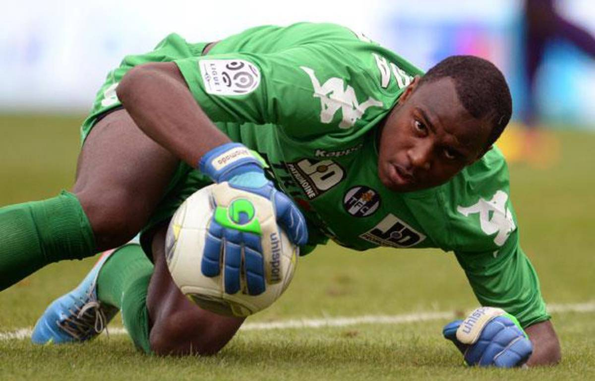 Le gardien toulousain Ali Ahamada contre Marseille le 14 septembre 2013. – NICOLAS TUCAT / AFP