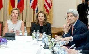 La chef de la diplomatie européenne Federica Mogherini (g) et le secrétaire d'Etat américain John Kerry à la table des négociation dans l'Hôtel Palais Coburg de Vienne le 7 juillet 2015