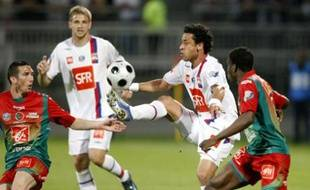 Olympique Lyon's Fred Chaves (2nd R) challenges Morgan Amalfitano (L) and Ismael Traore (R) of Sedan during their French Cup semi-final soccer match at the Gerland stadium in Lyon May 7, 2008.      REUTERS/Robert Pratta (FRANCE)