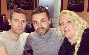 Loana pose avec un candidat de «Qui veut épouser mon fils?» (au milieu) au restaurant.