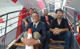 Guillaume Goumy (au centre) et quelques artistes qui l'accompagnent dans son projet d'hôtel.