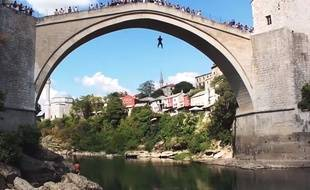 Capture d'écran d'un saut depuis le pont de Mostar (Bosnie-Herzégovine).